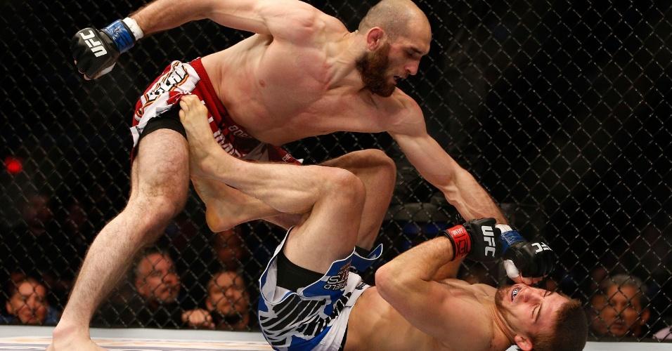 T.J. Waldburger cai desacordado e recebe golpes de Adlan Amagov
