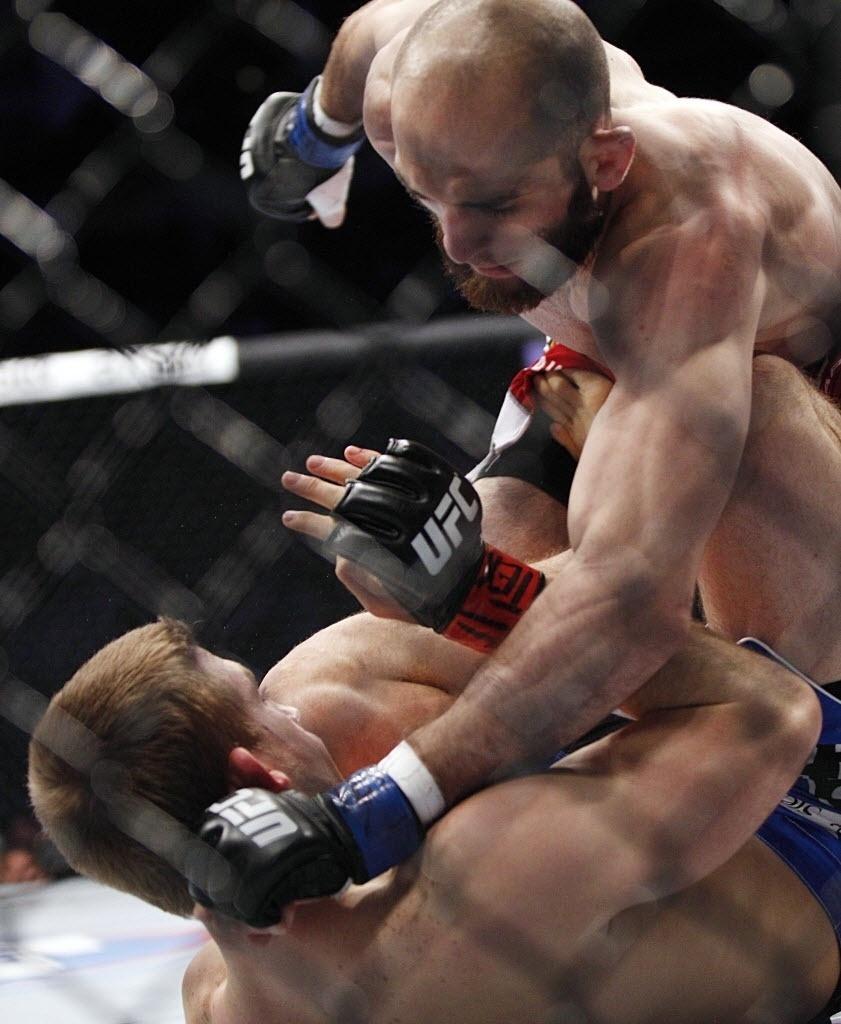 T.J. Waldburger recebe golpes de Adlan Amagov durante luta no UFC 166