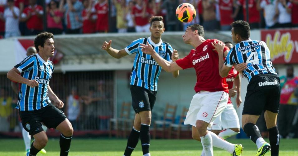 20.10.2013 - Leandro Damião disputa a bola cercado por gremistas no Gre-Nal