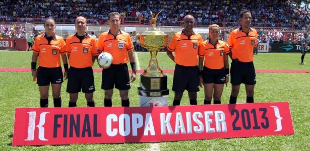 20.out.2013 - A equipe de arbitragem da final da Série A da Copa Kaiser 2013