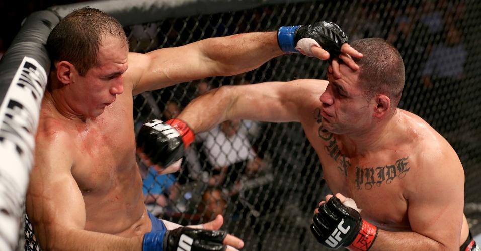 20.out.2013 - Acuado, Cigano (e) tenta se defender de Cain Velasquez