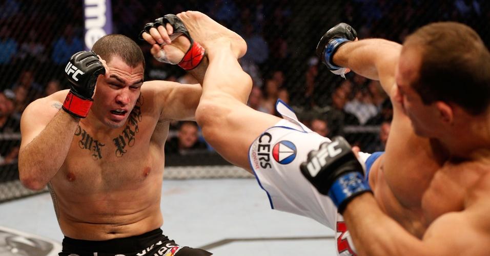 20.out.2013 - Brasileiro Junior Cigano (d) tenta golpear Cain Velasquez em sua derrota no UFC 166