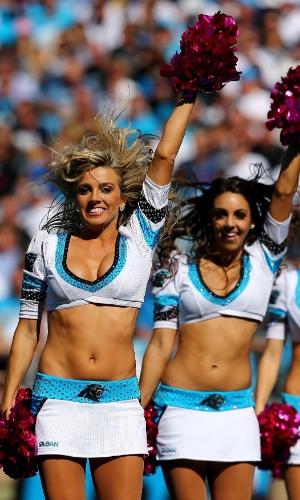 20.out.2013 - Cheerleaders do Carolina Panters animam torcedores de partida