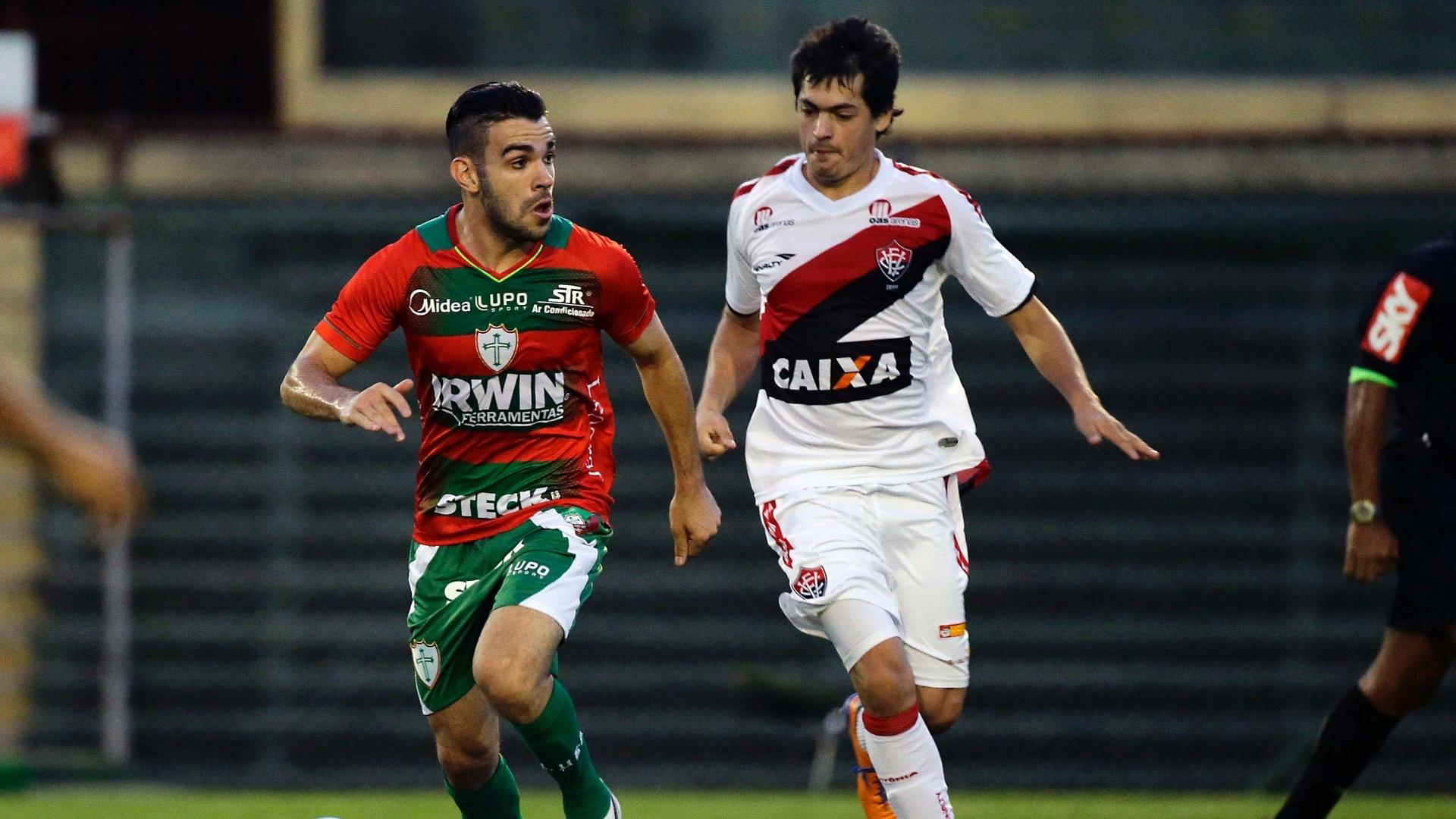 20.out.2013 - Bruno Henrique, da Portuguesa, e Luis Cáceres (d), do Vitória, disputam a bola no empate entre as duas equipes