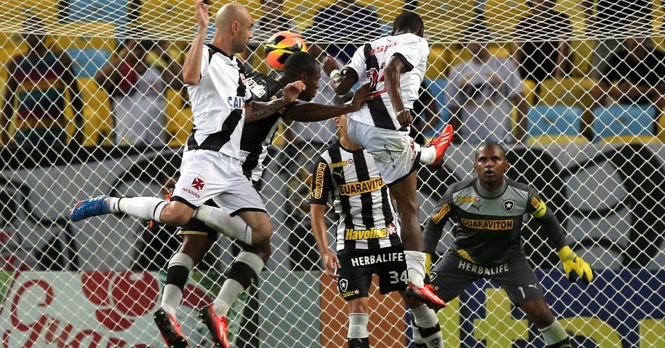 20.out.2013 - Lance dentro da área é observado atentamente pelo goleiro Jefferson, do Botafogo