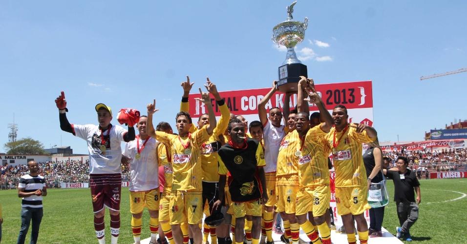 20.out.2013 - O Santa Cruz, que venceu nos pênaltis, se sagra vencedor da Série B da Copa Kaiser 2013