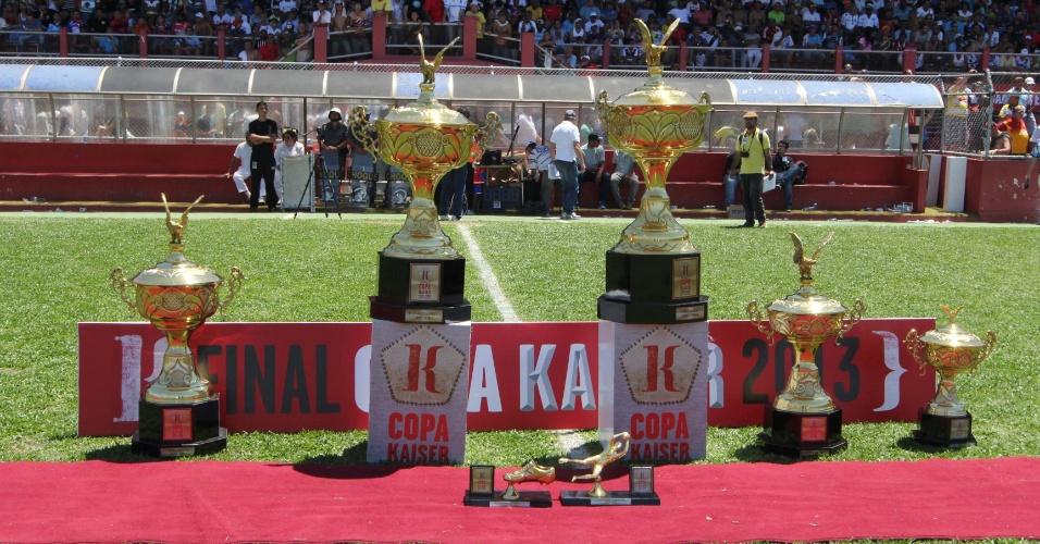 20.out.2013 - Os troféus da Copa Kaiser: o torneio é considerado a principal competição do futebol de várzea paulistano e é uma das mais importantes do país.