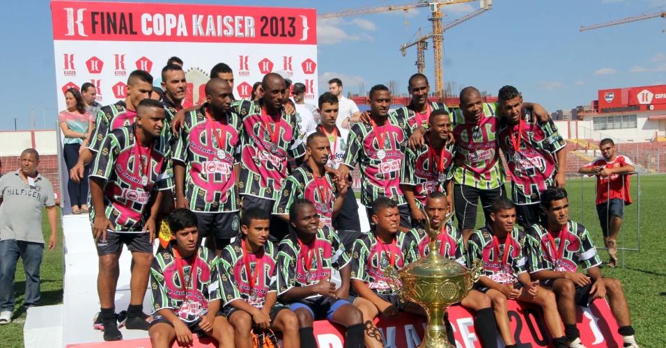 20.out.2013 - Os vice-campeões da Série A da Copa Kaiser: Família 100 Valor, do Jardim Panamericano