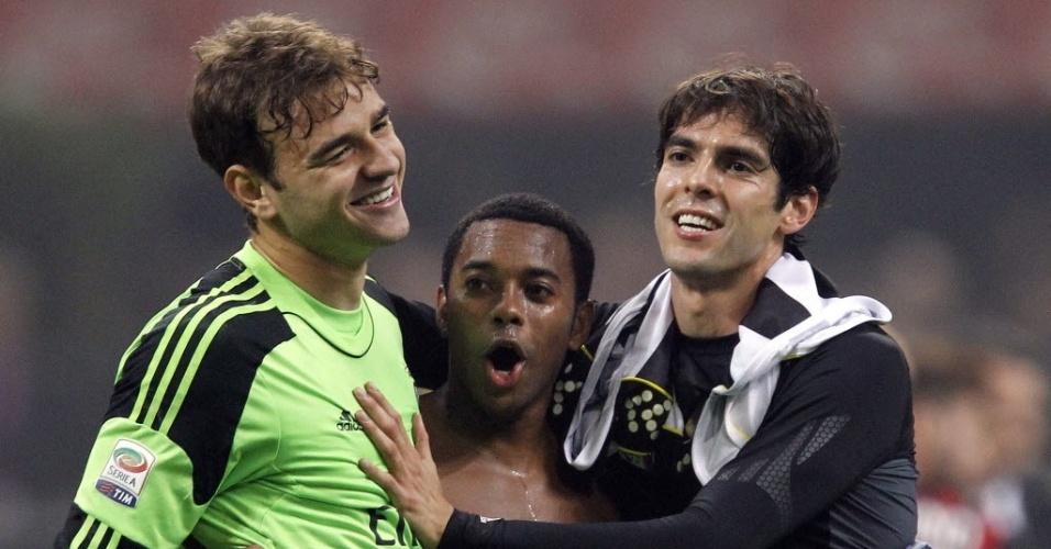 Brasileiros Gabriel, Robinho e kaká se abraçam após jogo entre Milan e Udinese pelo Campeonato Italiano