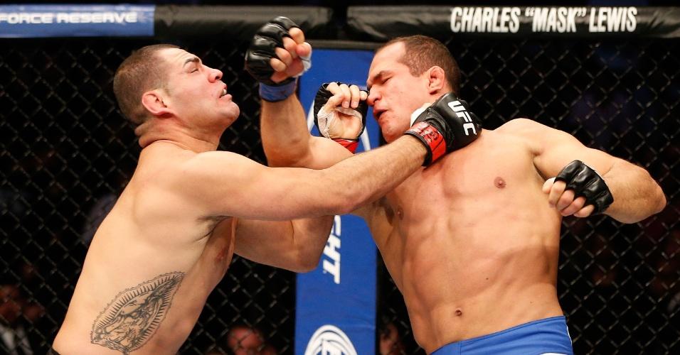 Cigano acerta soco em Cain Velasquez na disputa pelo cinturão dos pesados no UFC 166