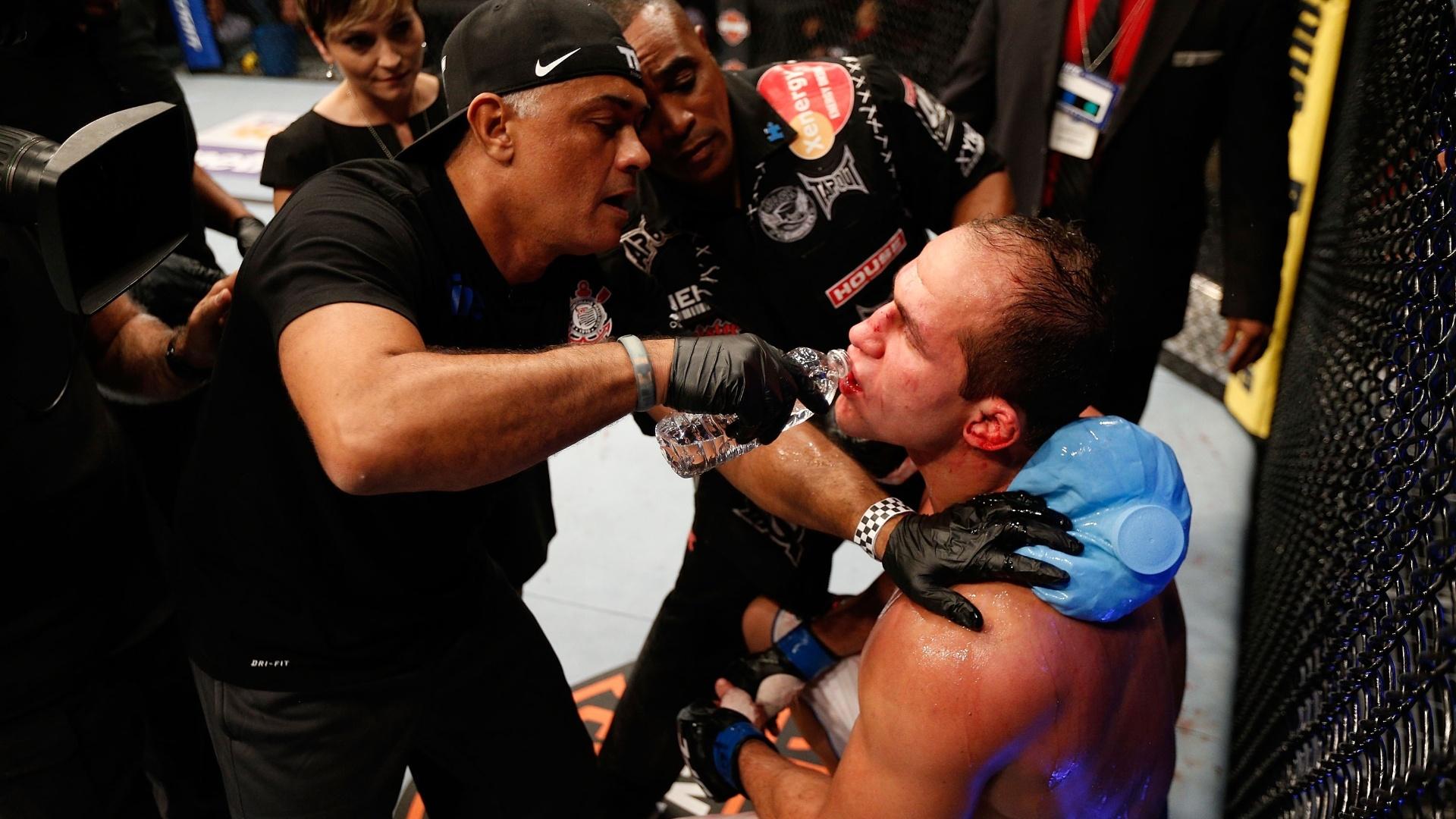 Cigano recebe atendimento durante um dos intervalos da luta contra Cain Velasquez, que acabou com nova derrota do brasileiro