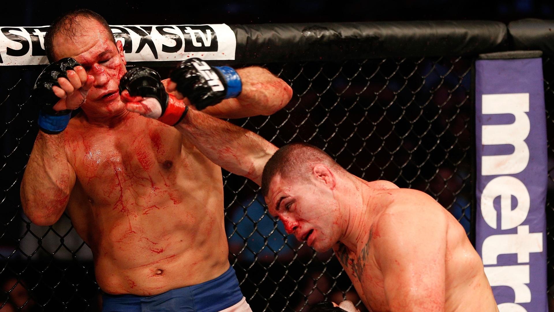 Cigano recebe golpe de Cain Velasquez durante a luta pelo cinturão dos pesados