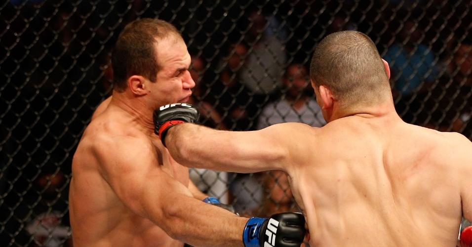 Cigano recebe soco de Cain Velasquez na disputa pelo cinturão dos pesados do UFC 166