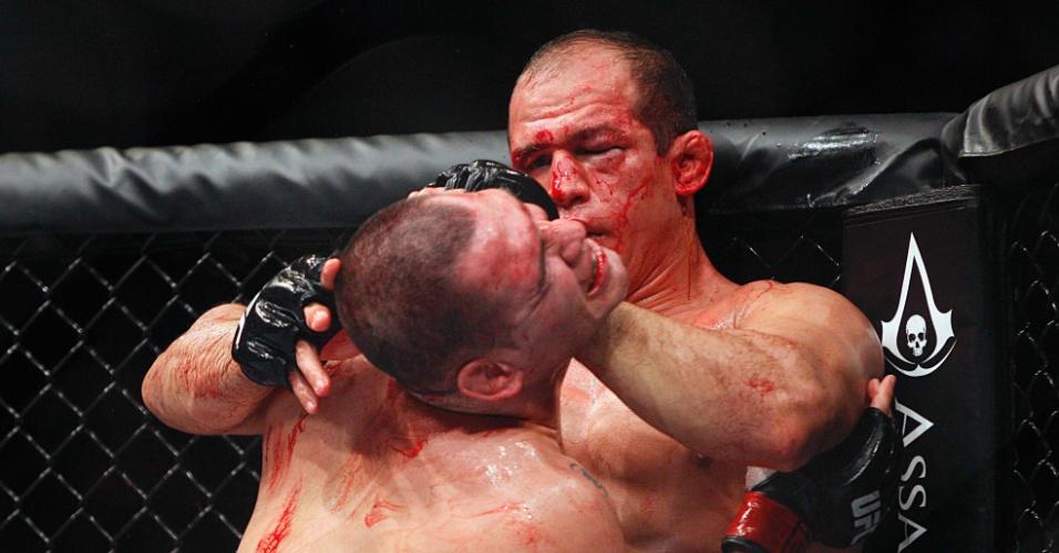 Com muitos ferimentos no rosto, Cigano tenta afastar e golpear Cain Velasquez