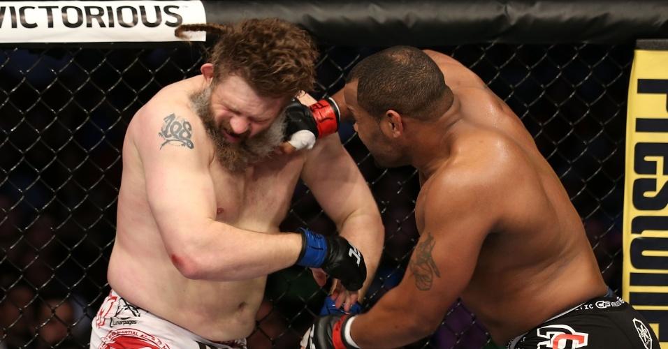 Roy Nelson recebe soco de Daniel Cormier em luta do UFC 166