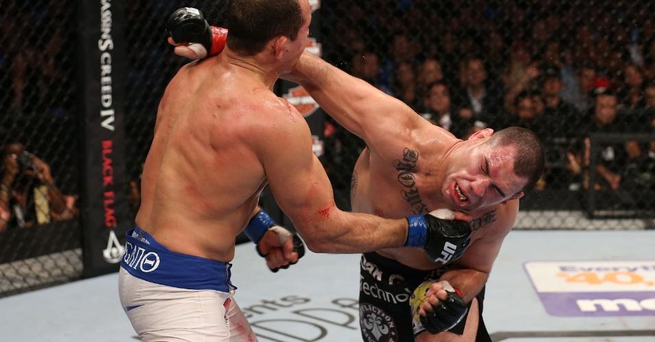 Velasquez acerta rosto de Cigano com soco durante o UFC 166