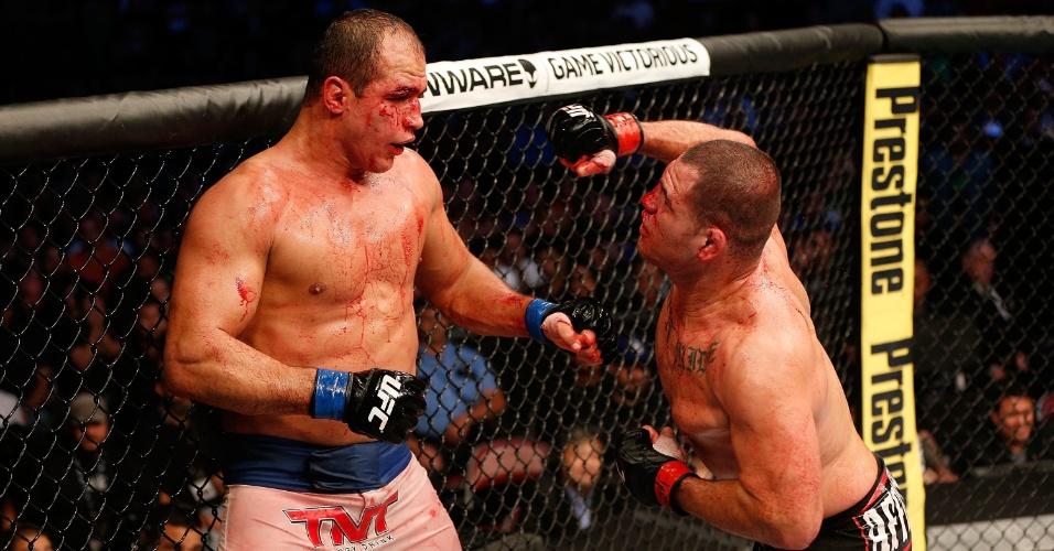 Velasquez prepara golpe para cima de Júnior Cigano, na vitória sobre o brasileiro no UFC 166
