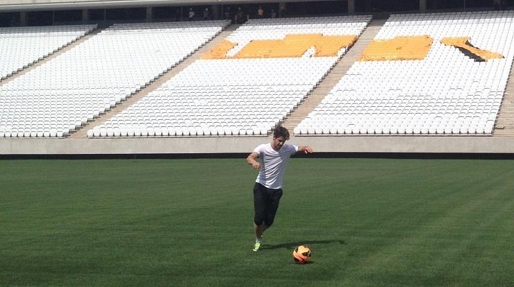 21.10.2013 - Alexandre Pato, atacante do Corinthians, bate bola no Itaquerão, futuro estádio do clube alvinegro