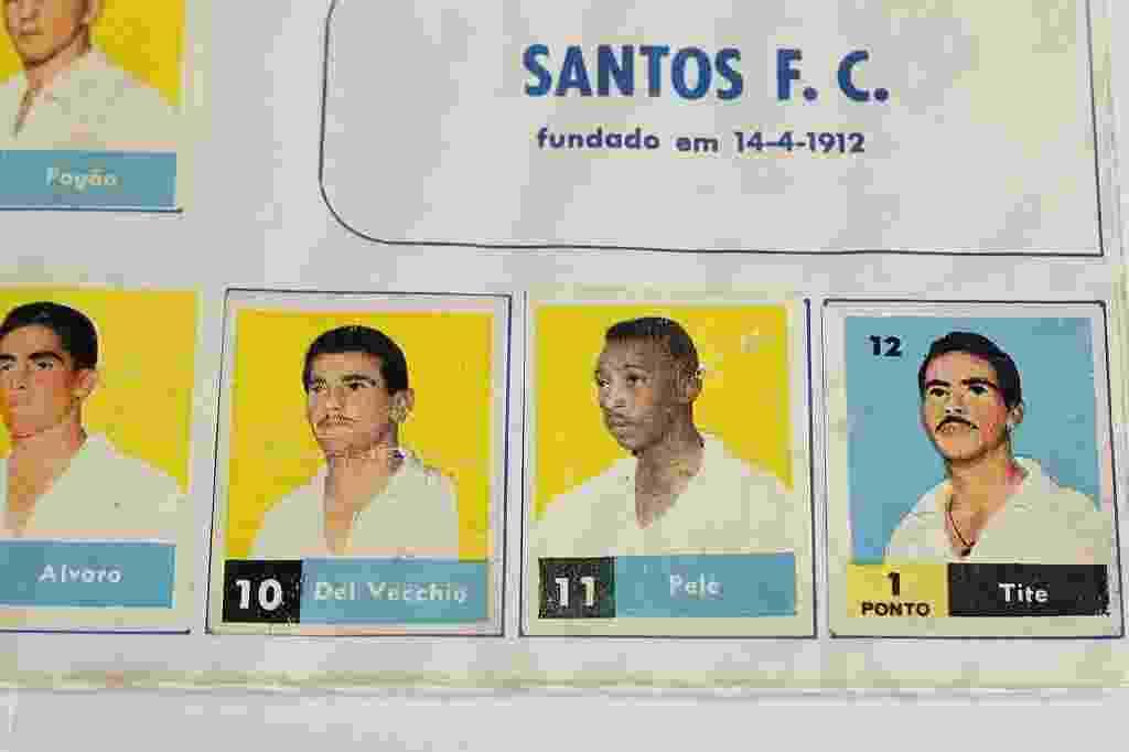 Primeira figurinha de Pelé na história está presente em um álbum de 1957. O rei aparece menino, de bigodinho - Reinaldo Canato/UOL