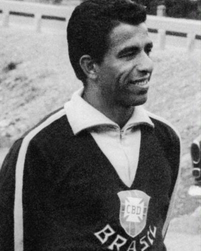 Vavá posa com agasalho da seleção brasileira em Viña del Mar (Chile) durante a Copa do Mundo de 1962