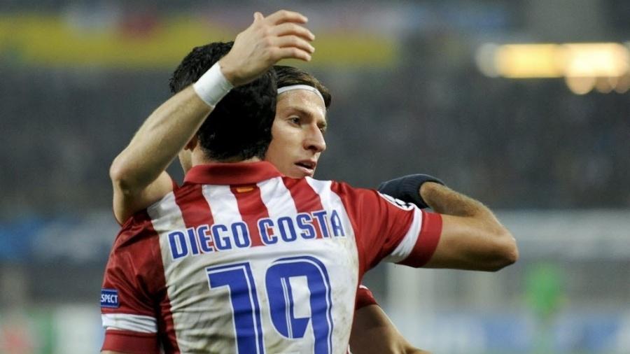 Filipe Luis e Diego Costa se abraçam após gol do Atlético de Madri sobre o Austria Viena pela Liga dos Campeões em 2013 - EFE/Herbert Neubauer