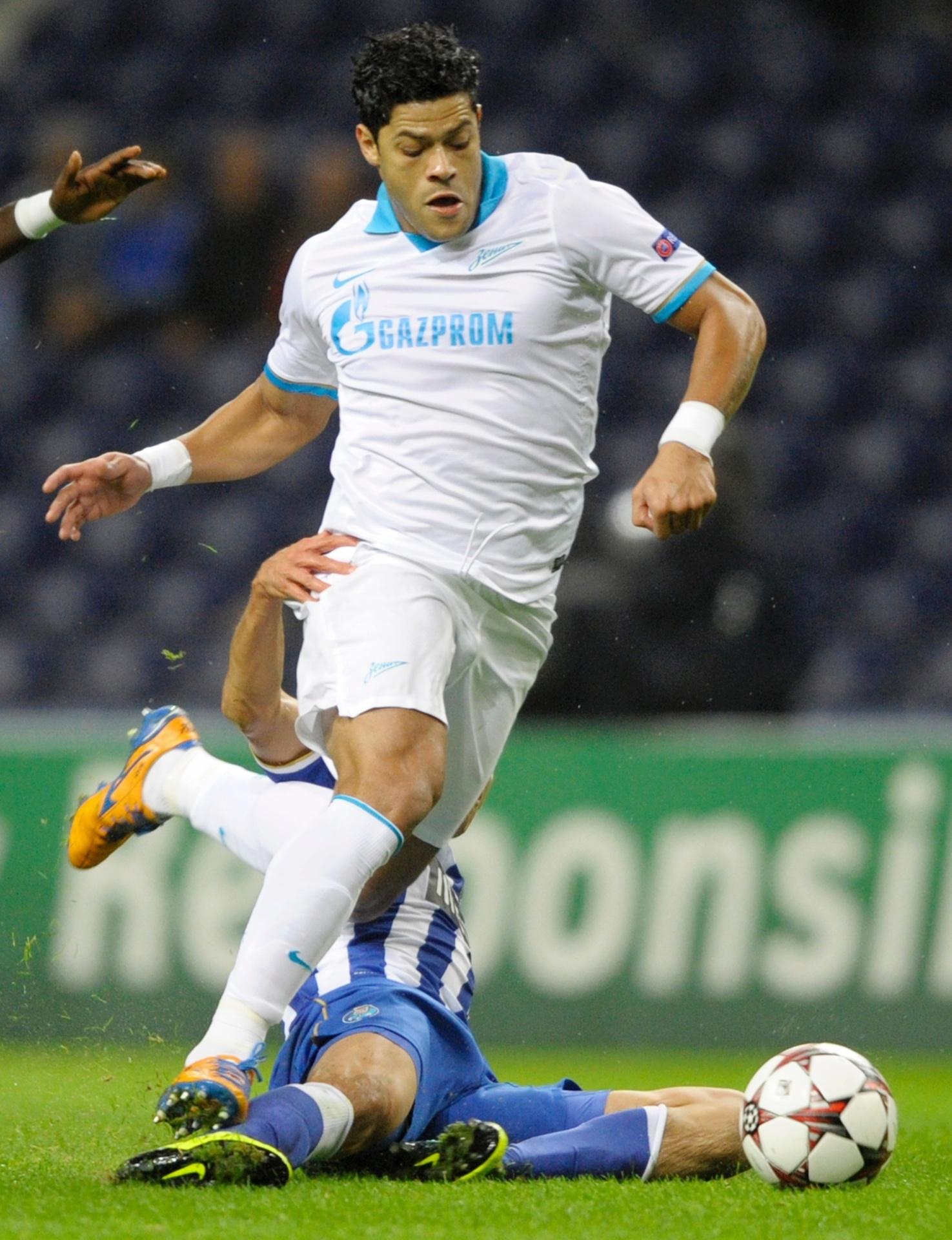 22.out.2013 - Hulk, do Zenit, tenta escapar da marcação em seu reencontro com o Porto