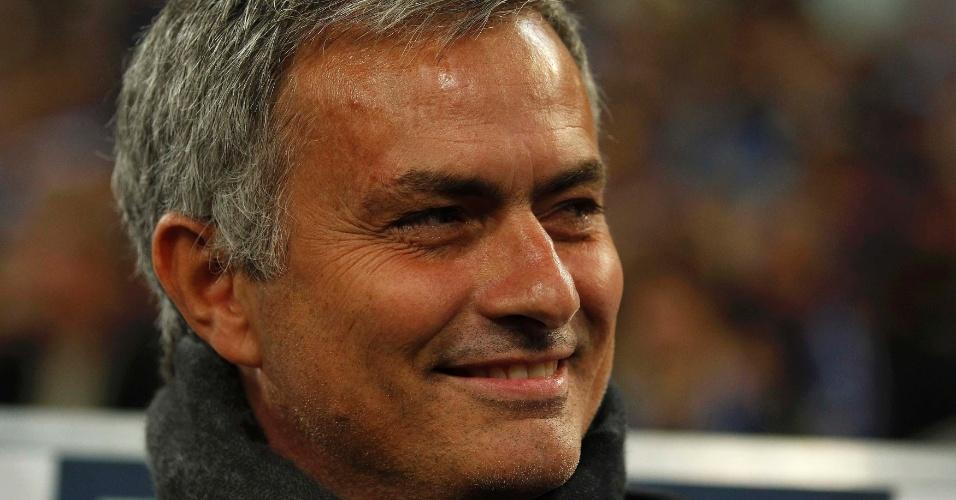 22.out.2013 - José Mourinho, técnico do Chelsea, sorri durante partida contra o Schalke 04 pela Liga dos Campeões