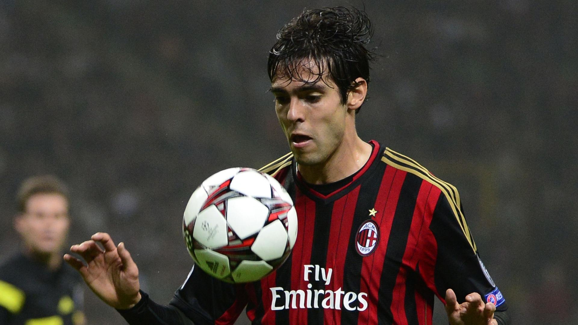 22.out.2013 - Kaká domina bola durante jogo entre Milan e Barcelona pela Liga dos Campeões