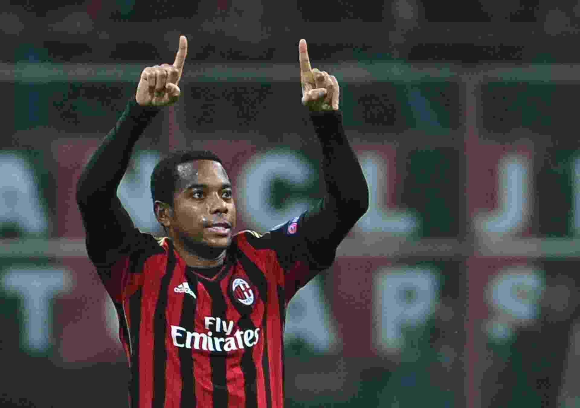 22.out.2013 - Robinho comemora gol do Milan sobre o Barcelona pela Liga dos Campeões - AFP PHOTO / GIUSEPPE CACACE