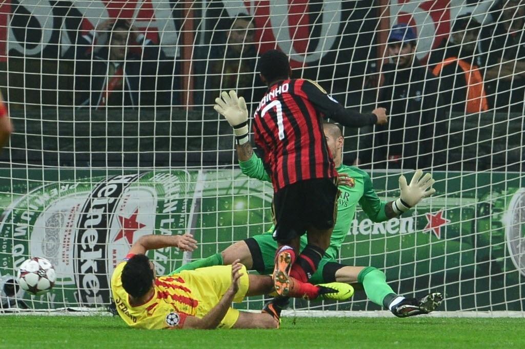 22.out.2013 - Robinho finaliza e marca o primeiro do Milan sobre o Barcelona pela Liga dos Campeões