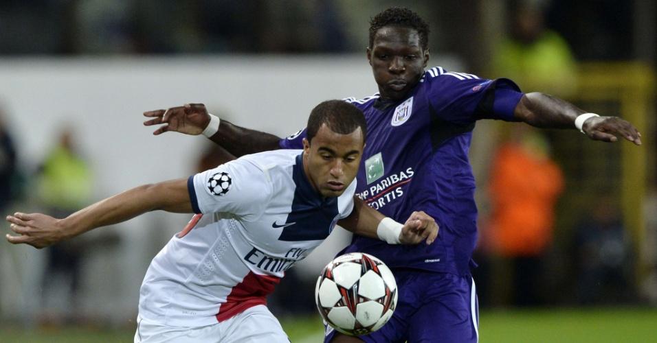 23.10.2013 - Lucas tenta escapar da marcação de zagueiro do Anderlecht