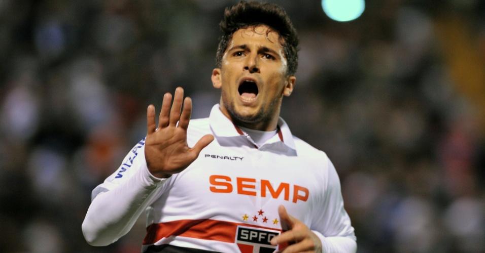 23.out.2013 - Aloisio comemora o segundo gol do São Paulo contra a Universidad Católica, pela Sul-Americana