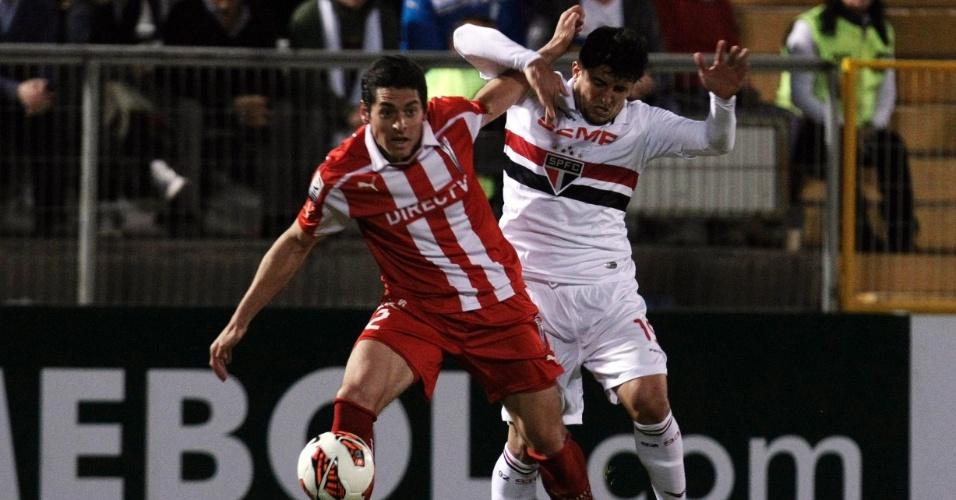 23.out.2013 - Aloisio, do São Paulo, e Biskupovic, da Universidad Católica, disputam bola
