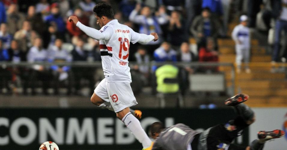 23.out.2013 - Aloisio passa por Tozelli, goleiro da Universidad Católica, para marcar o segundo do São Paulo