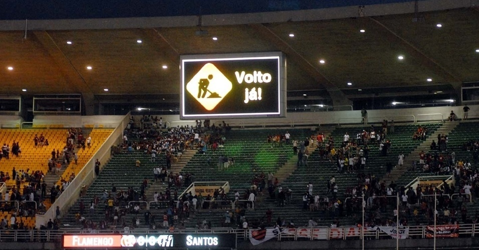 23.out.2013 - Placar do Maracanã anuncia que o estádio será fechado para reformas visando à Copa do Mundo de 2014