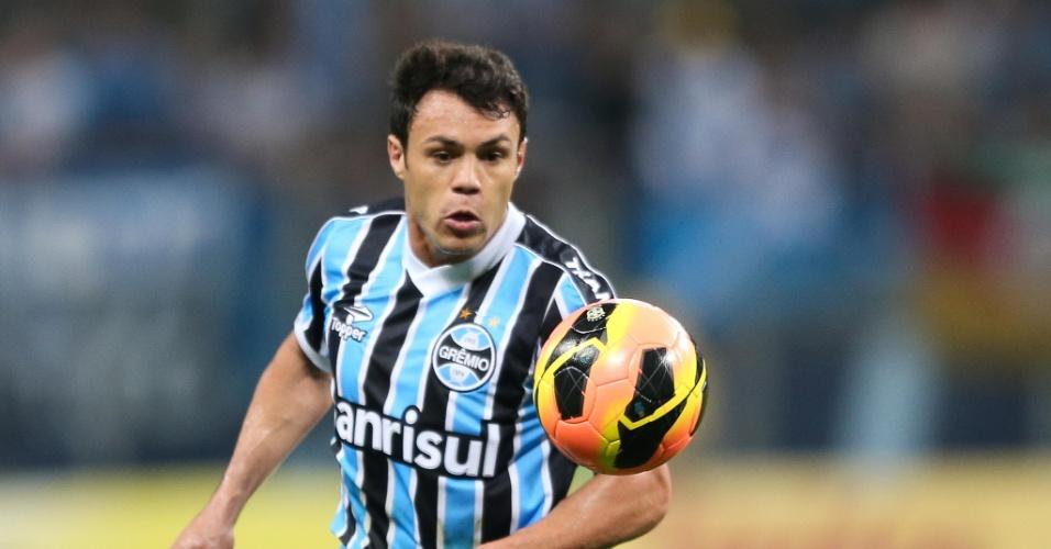 Kleber, do Grêmio, controla a bola durante jogo contra o Corinthians