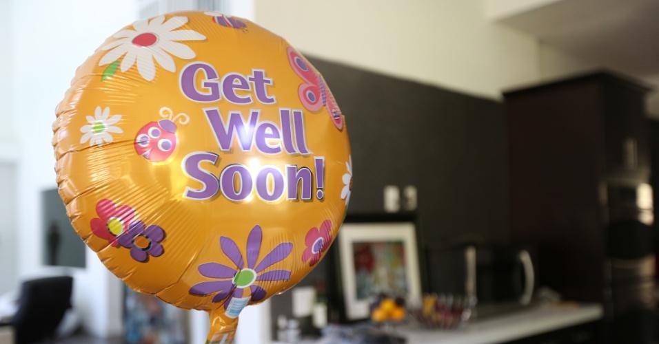 """Na cozinha da casa de Vitor Belfort e Joana Prado, destaca-se um balão com a frase """"Melhore logo"""", para a filha mais nova do casal, que teve o braço imobilizado depois de uma fratura"""