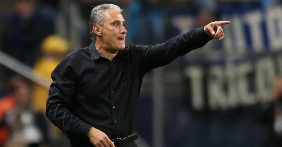 Tite, técnico do Corinthians, orienta equipe durante jogo pela Copa do Brasil