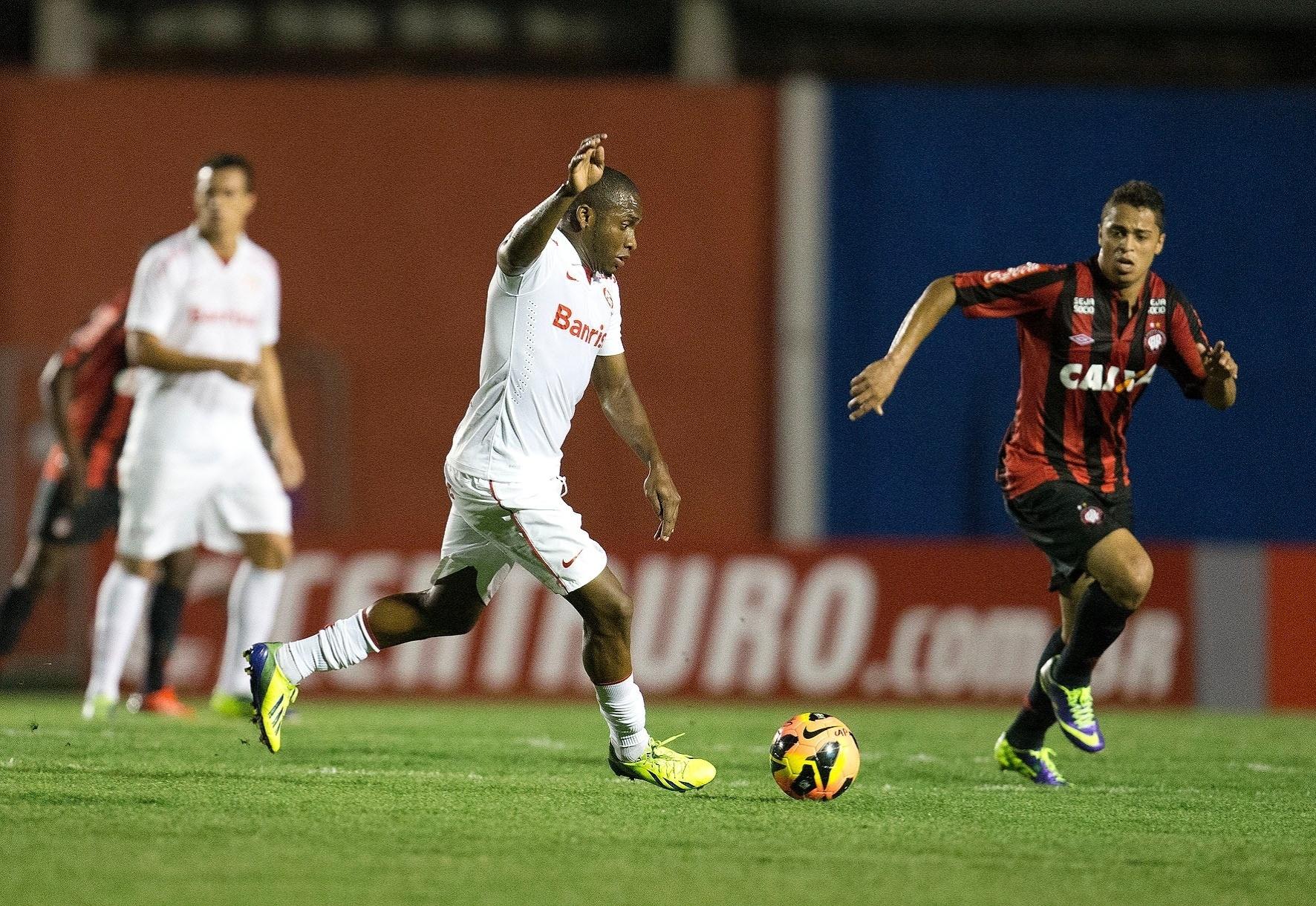 Willians, do Internacional, tenta lance no jogo contra o Atlético-PR