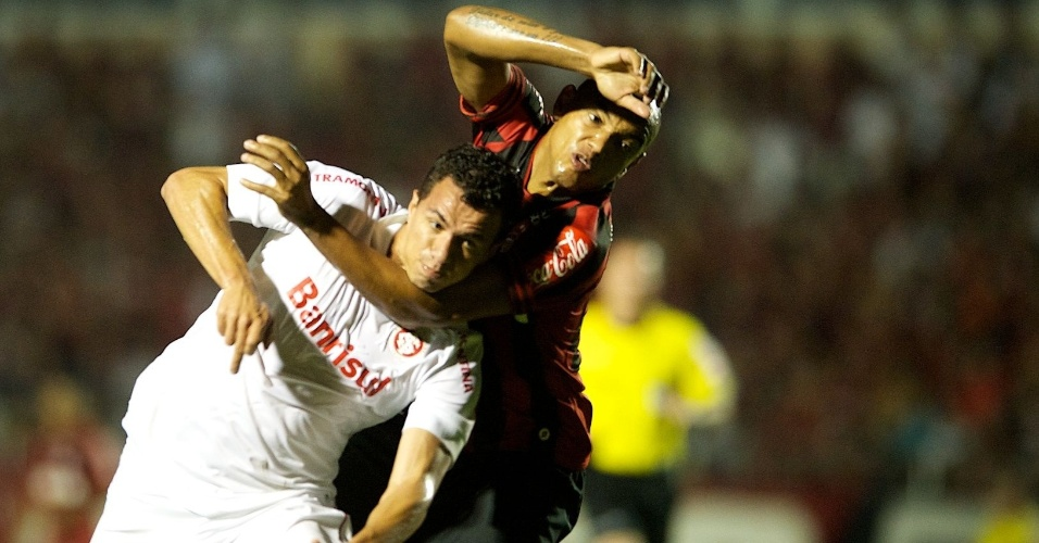 23.10,2013 - Leandro Damião disputa lance com Luiz Alberto durante Atlético-PR x Inter