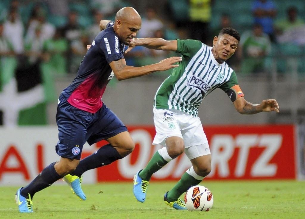 24.10.13 - Souza tenta fazer jogada pelo Bahia contra o Atlético Nacional pela Copa Sul-Americana