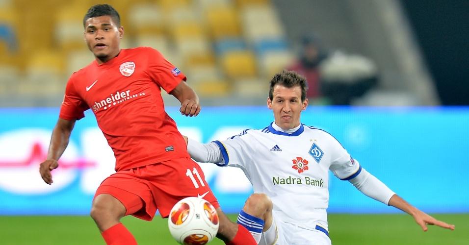 24.10.2013 - Lateral brasileiro Danilo Silva (branco) disputa bola pelo Dynamo de Kiev contra o Thun