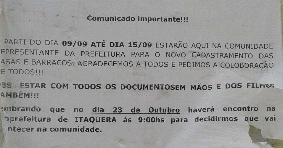 24.out.2013 - Associação de moradores da Vila da Paz espalha comunicados pelas casas para dar comunicados