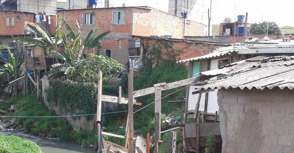 24.out.2013 - Casas e barracos localizados perto do córrego Rio Verde, na Favela da Paz, serão removidos em janeiro de 2014