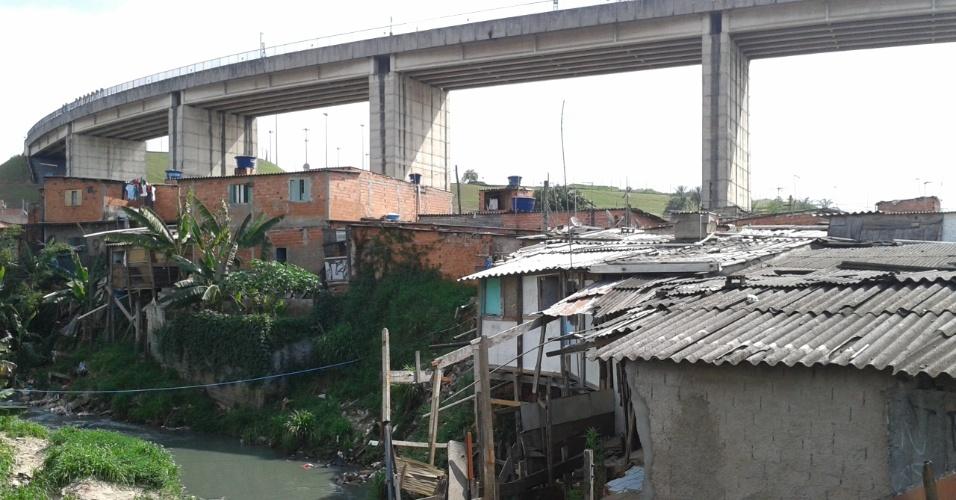 24.out.2013 - Favela da Vila da Paz foi construída entre córrego Rio Verde e viaduto do Metrô