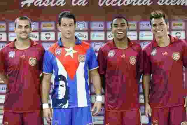 24.out.2013 - Jogadores da equipe de futebol de 7 do Madureira posam com camisa em homenagem à excursão para Cuba - Divulgação/Madureira EC
