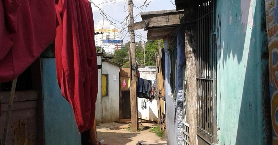 24.out.2013 - Moradores da Favela da Paz querem aproveitar proximidade do estádio do Corinthians para participar da Copa
