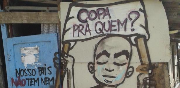 24.out.2013 - Muro pintado na entrada da Favela da Paz, em Itaquera, questiona realização da Copa em São Paulo