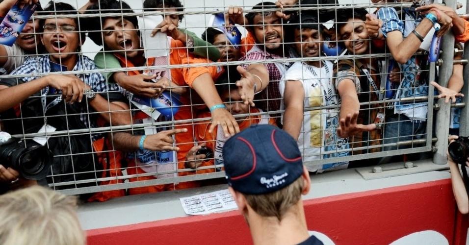 Indianos se espremem na arquibancada em busca de autógrafo do alemão Sebastian Vettel