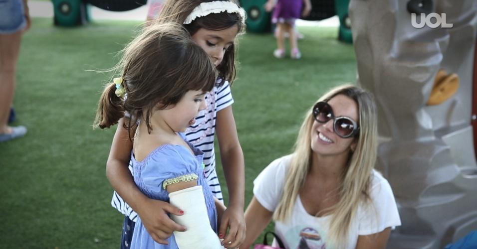 Joana Prado conversa com as filhas Vitória e Kyara (d) em passeio em parque próximo a Boca Raton, na Flórida (EUA)
